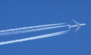 Trainées de condensation : pourquoi les avions font-ils des traînées blanches dans le ciel ?